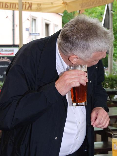 Jochen Buchelt, geschichtliche Dokumentation des Audio-Guides, hört dem Bier zu.