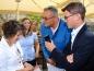 Christian Frank, Geschäftsführer ETM e. V., führt den Audio-Guide dem Brauereichef Peter Kitzmann vor.