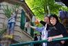 Ein Prosit auf unseren Pinsl mit der Pappmachè-Künstlerin Christiane Altzweig.