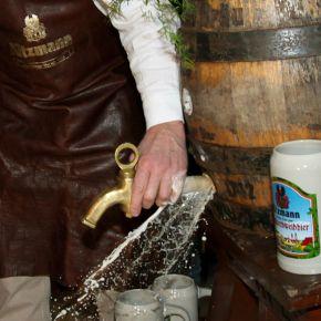 Vorstellung des neuen Kitzmann-Jahrgangs 2013: Das erste offizielle Fass Echtes Erlanger Bergkirchweihbier wurde am 12. April angestochen